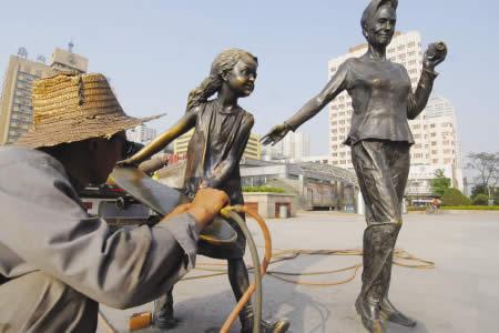 """正在""""接腕""""的小女孩 - 雕塑信息 - e6雕塑艺术网"""